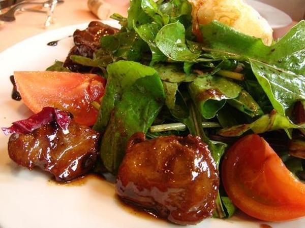 Piccolo 鶏白レバーの温かいサラダ マルサラワインソース フライドエッグ添え
