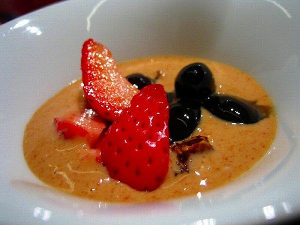 虎白 黄粉とラム酒のソース掛け蕨餅、苺と大納言