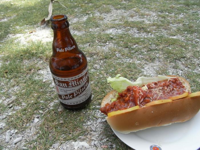 芝生とビールとホットドッグと