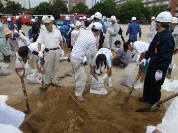 市民中学生による土のう積み