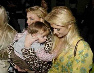 赤ちゃんなら女性のオッパイを触っても許される:完全無修正写真