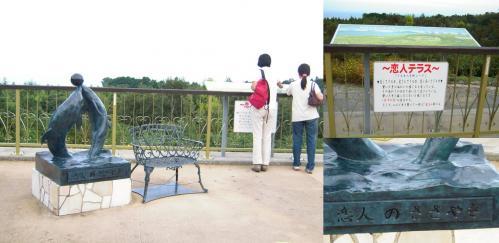 伊豆高原 道の駅の恋人テラスで駿河湾を見つめる二人