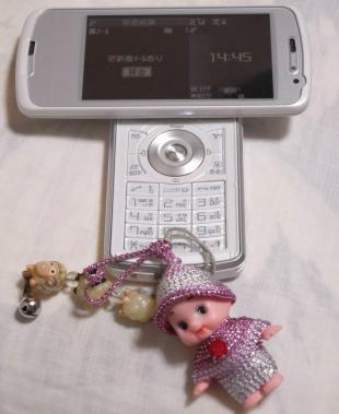 自分の携帯電話に取りつけた母が作ったキューピーストラップです