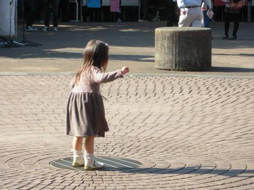文教大学湘南キャンパスの学園祭にて1人遊ぶ幼女の姿