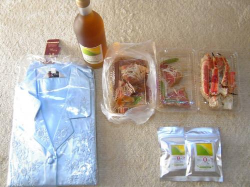 嫁が忘年会のビンゴゲームで当ててきたシルク製のパジャマとアルコールのリキュールとオリゴ糖飴と友人が残した<strong>タラバガ二</strong>とキンメダイ金目鯛の写真です