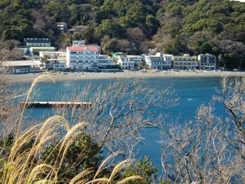 大瀬崎あたりだろうか暖かい靜岡県は楽園の様に砂浜で遊ぶ人々も多く見られた写真です