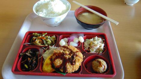 脳外科病院 西島病院の食堂で食べた日替わり弁当でご飯は大盛りサービスの写真