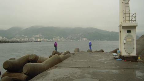 伊東港外防波堤付近の海釣り場のポイントはテトラポットの先端であるここなのかいの写真
