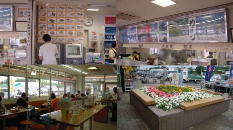 靜岡県沼津し愛鷹パーキングエリアの食堂内の写真