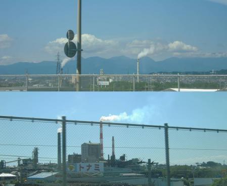 富士市内の多い製紙工場の煙突から煙が流れてるデジカメ写真