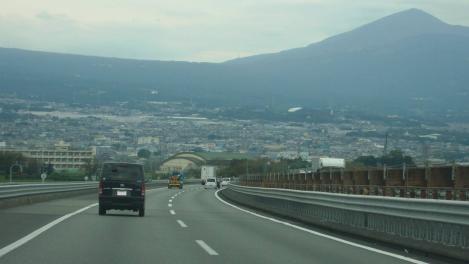 富士山空港からの帰途で東名高速道路上り線のデジカメ写真