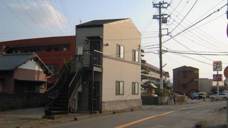 変形した土地にマッチさせている2階建コーポマンションをデジカメ写真で撮った