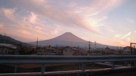 中央高速道路から撮った夕暮れ時の富士山のデジカメ写真