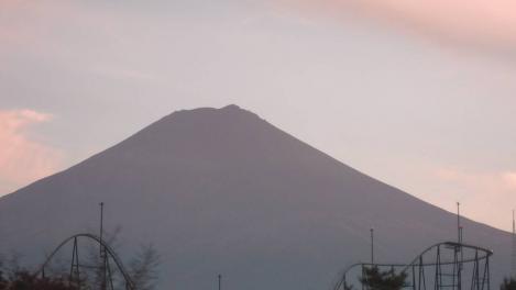 中央高速道路から撮った夕暮れ時の富士山と富士急ハイランドのデジカメ写真