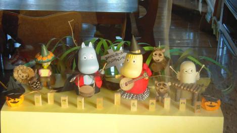 ムーミンの家のスタッフルーム入り口に飾られていたムーミンとムーミンの仲間たちの人形