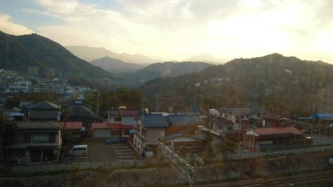 緑のラブレターが整作し貼られている山の風景写真