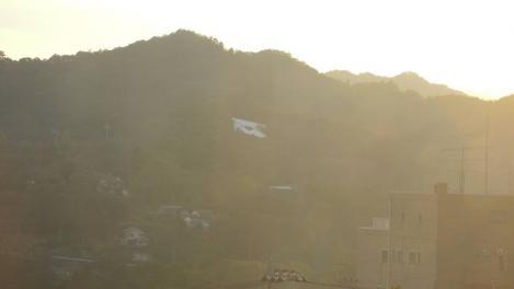山の中央に芸術作品の緑のラブレターが飾られたデジカメ写真