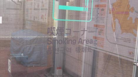 中央自動車道藤野パーキングエリアの喫煙所のデジカメ写真