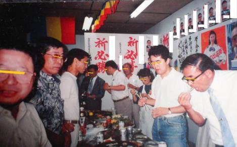 過去に地域の政治家を支援し応援し後の祝い飲み会のスナップ写真