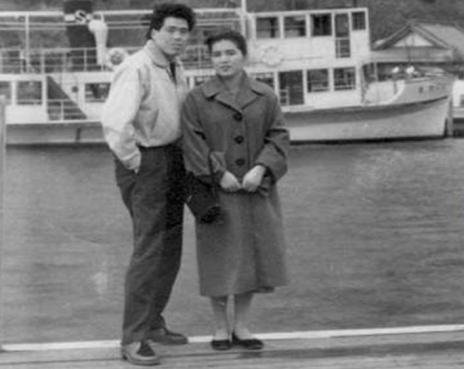 母が韓国流スターのキムテヒに似ていた若き頃の写真を横須賀港で父と