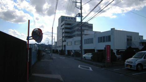 本年初の脳外科通院の時の7階建ての西島病院のデジカメ写真で青空