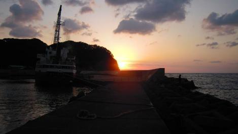 宇久須港の釣り場で見え始めた夕日のデジカメ写真画像