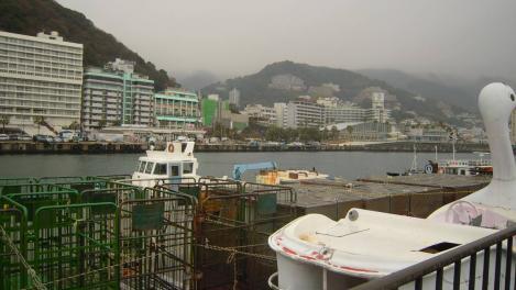 熱海港海釣り施設へ向かう途中の熱海港の様子のデジカメ写真
