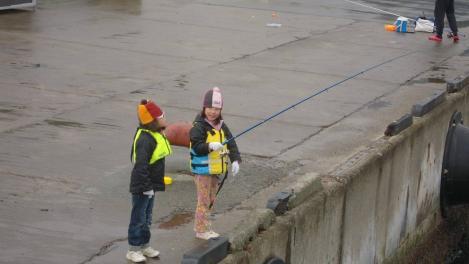 熱海港海釣り施設釣りコンテスト参加の子ギャル2人のデジカメ写真