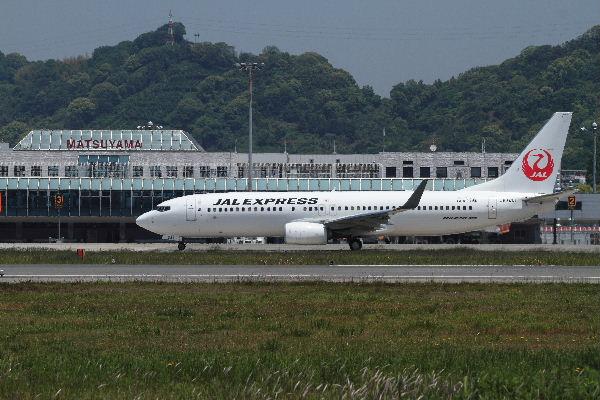 JAL B737-846 JA341J RJOM 130513 01