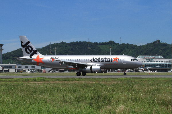 GK A320-232 JA02JJ RJOM 130710 02