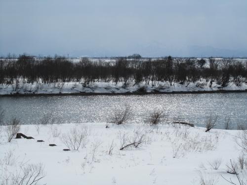 河と大地と冬の終わりの空と