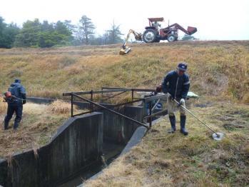 高塚溜 堤防の草かり