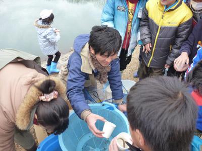 写真.4 魚の受け渡しv2