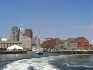 ボストンの町を背に