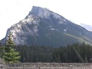 雄々しい山