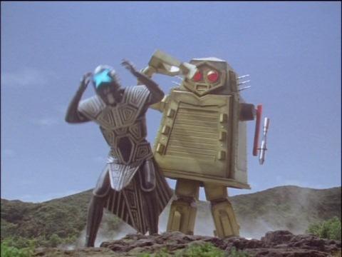 ギギを攻撃し、ウルトラマンコスモスを助けるクレバーゴン・ジャイアント