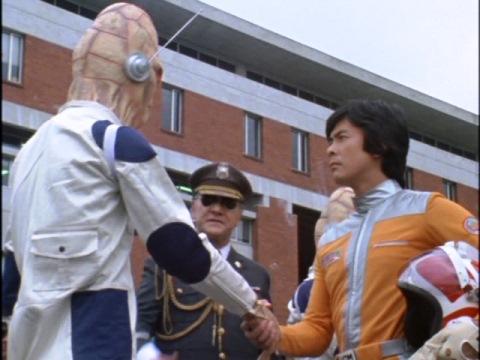 ファンタス星人と握手を交わす矢的隊員