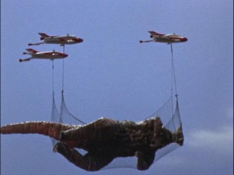 ジョンスン島から空輸されるゴモラ