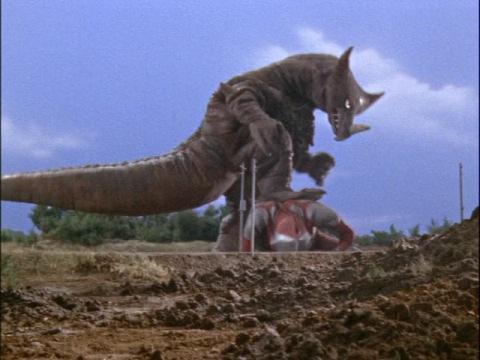 ウルトラマンを踏みつけるゴモラ