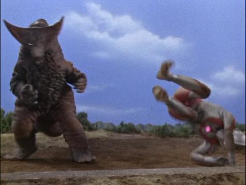 ウルトラマンを尻尾でなぎ倒すゴモラ
