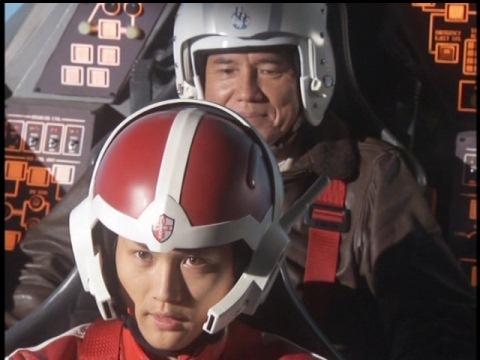 ベース・ポセイドンへ向かうトミオカ長官とカイト隊員