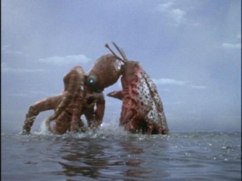 大ダコ怪獣 タガール(左)VS大ガニ怪獣 ガンザ