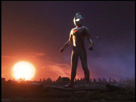 夕暮れに立つウルトラマンメビウス
