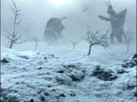吹雪の中で戦うミクラスとガンダー