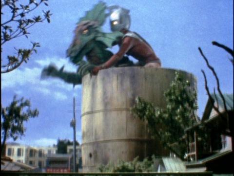 巨大な樽でモットクレロンを塩漬けにするウルトラマンタロウ