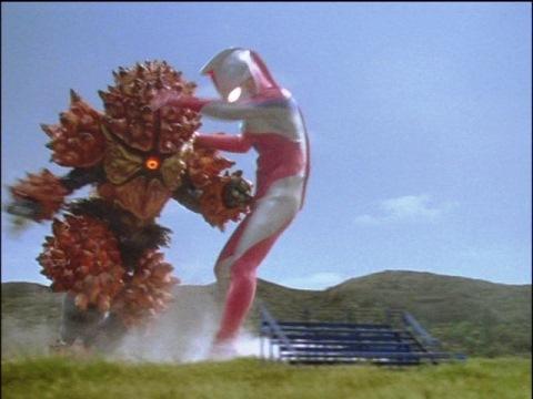 ラグストーンのタックル攻撃に吹っ飛ばされるウルトラマンコスモス(コロナモード)