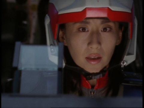 飛び出したアスカ隊員を心配するユミムラ・リョウ隊員(演:斉藤りさ)