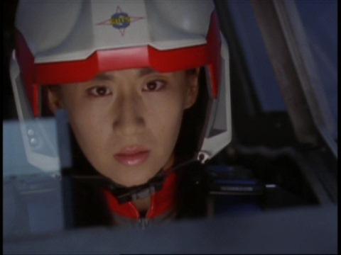 撃墜されたアスカ隊員に指示を出すユミムラ・リョウ隊員(演:斉藤りさ)