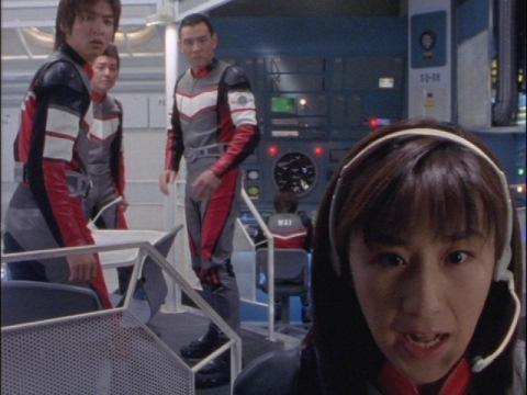 ガゼル号からの被害を確認するユミムラ・リョウ隊員(演:斉藤りさ)