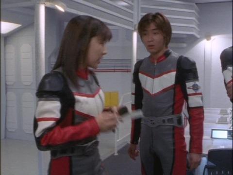 被害状況を確認するユミムラ・リョウ隊員(演:斉藤りさ)